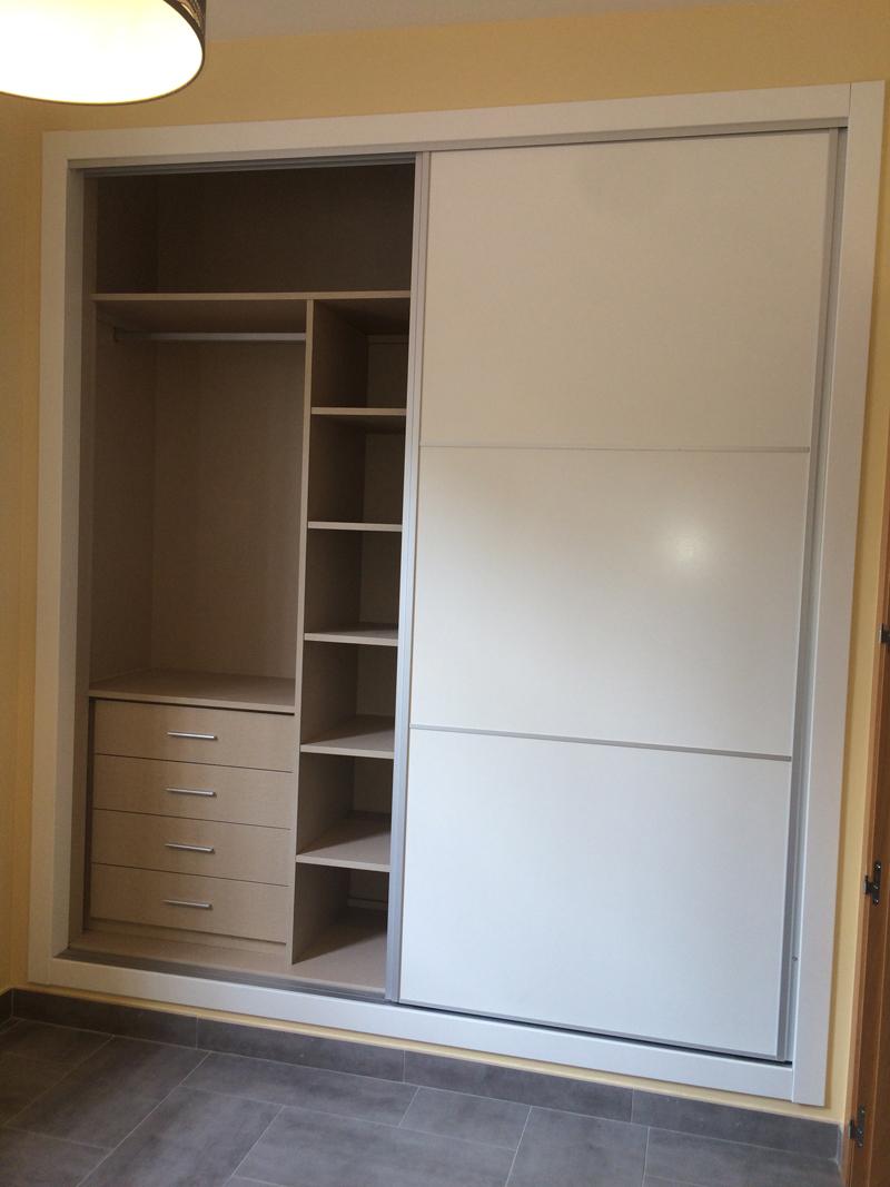 Armario empotrado con 2 puertas correderas e interior con perchero, altillo, cajones y estanterias